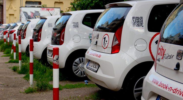 auta do wynajęcia stojące na placu